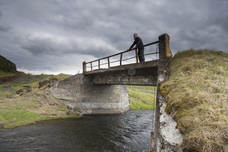 Viaggiatore su un ponte vicino alla cascata di Gluggafoss immagine stock libera da diritti