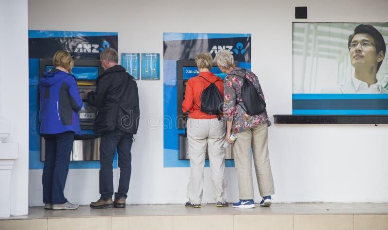 Viaggiatori caucasici che fanno transazione ad un BANCOMAT del bancomat di ANZ fotografia stock