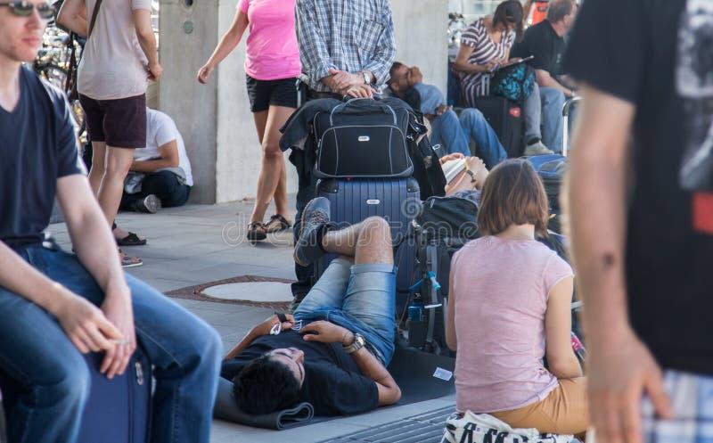 Viaggiatori che aspettano treno nella stazione sovraffollata immagine stock