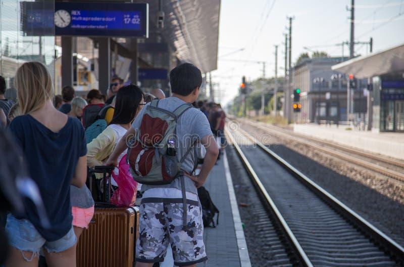 Viaggiatori che aspettano treno nella stazione sovraffollata immagine stock libera da diritti
