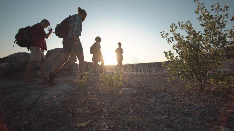 Viaggiatori che raggiungono luogo di destinazione immagine stock libera da diritti