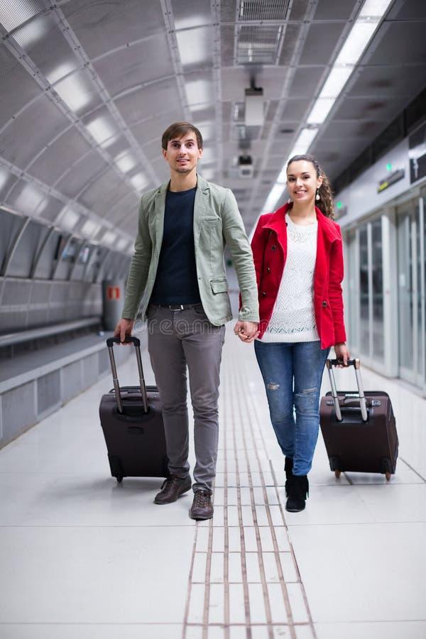 Viaggiatori che si muovono attraverso la stazione fotografie stock