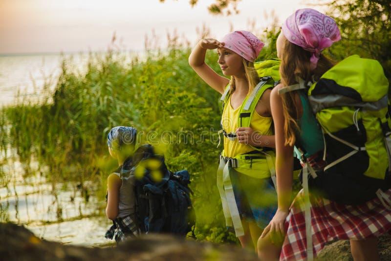 Viaggiatori dell'adolescente con gli zainhi che stanno sul concetto di viaggio di smania dei viaggi della costa fotografia stock