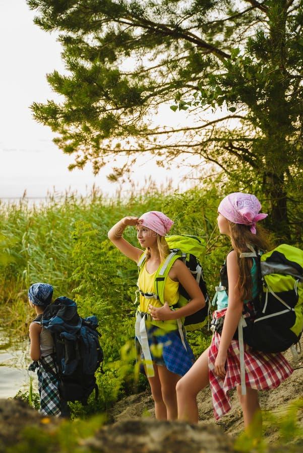 Viaggiatori dell'adolescente con gli zainhi che stanno sul concetto di viaggio di smania dei viaggi della costa immagine stock