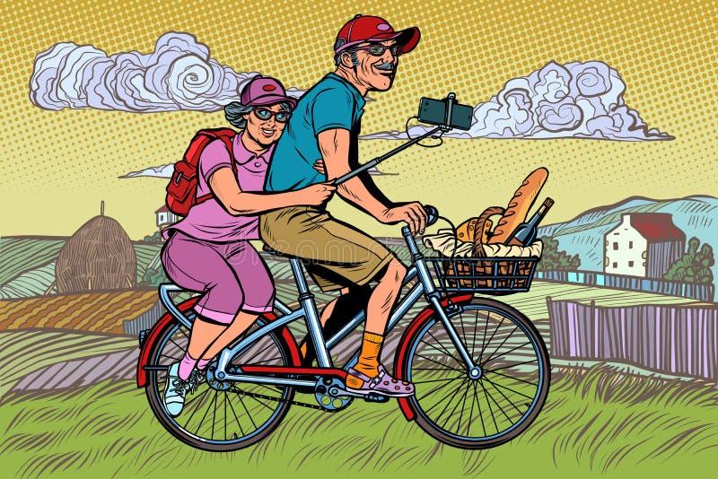 Viaggiatori della signora anziana e dell'uomo anziano sulla bici, selfie sullo smartphone royalty illustrazione gratis