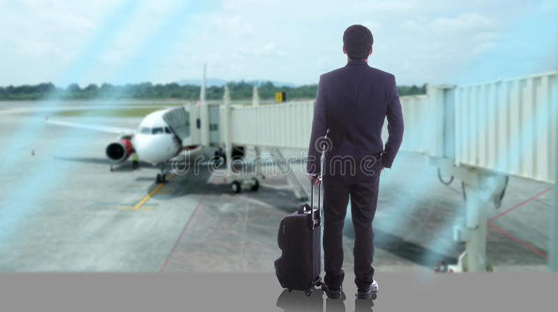 Viaggiatori di affari che camminano sopra il mare fotografia stock libera da diritti