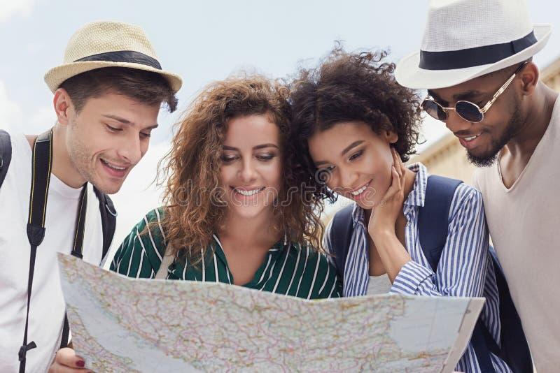 Viaggiatori felici che cercano la posizione sulla mappa della città fotografia stock libera da diritti