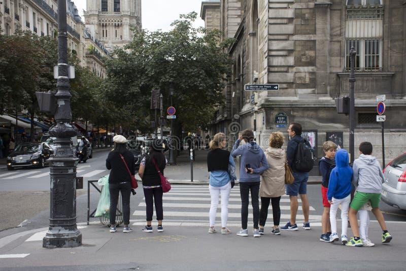 Viaggiatori francesi dello straniero e della gente che aspettano la strada d'attraversamento di traffico immagine stock libera da diritti