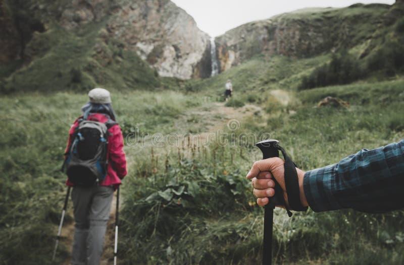 Viaggiatori nelle montagne, trekking Palo nella mano di un primo piano della persona del viaggiatore Concetto di vacanza di stile fotografie stock