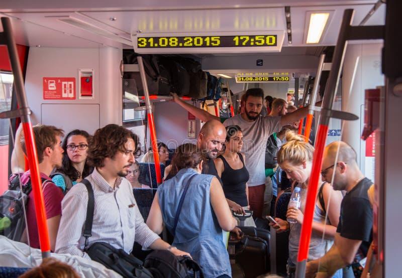 Viaggiatori in treno sovraffollato che si dirige in Ungheria dall'Austria fotografia stock