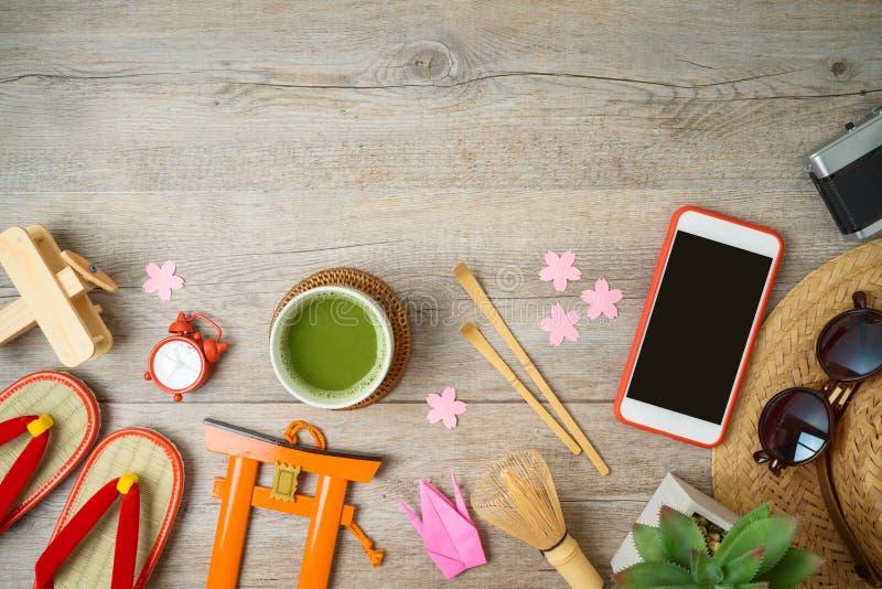 Viaggio al concetto del Giappone Concetto di progettazione di vacanza con gli oggetti ed i ricordi di turismo sulla tavola di leg fotografia stock libera da diritti