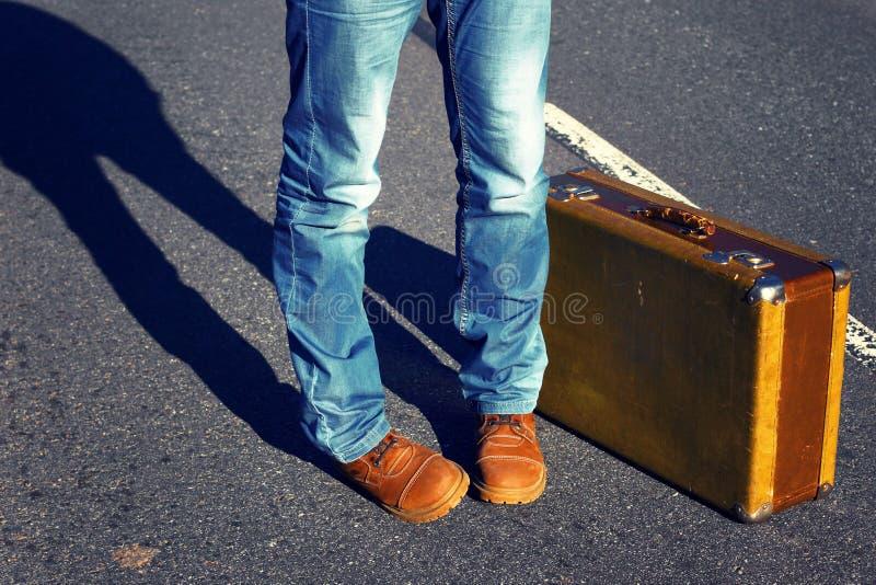 Viaggio alla festa Viaggio ad un fine settimana Jeans, valigia Scelta di fotografia stock libera da diritti