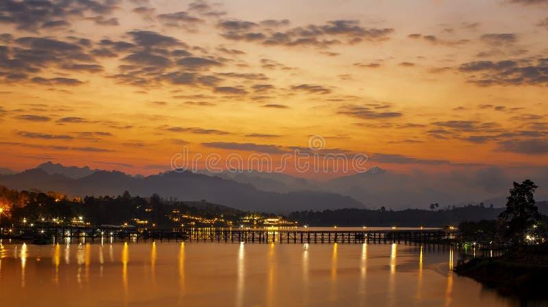 viaggio Asia Vista panoramica della luce dorata di mattina Il ponte di luned? ? il ponte di legno lungo Il nome ufficiale ? ponte immagini stock