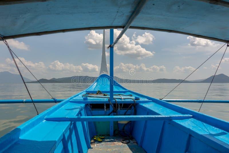Viaggio in barca per il vulcano Taal sull'isola di Luzon nelle Filippine immagini stock