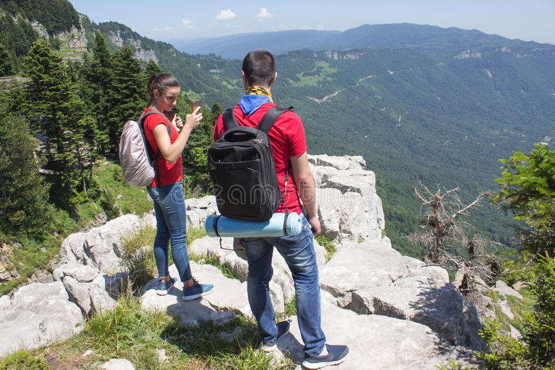 Viaggio dei viaggiatori nella riserva delle montagne Stile di vita attivo e sano durante il giro di fine settimana e di vacanze e immagini stock