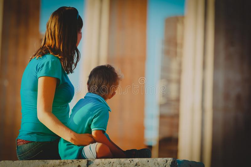 Viaggio del figlio e della madre in Grecia, esaminante le costruzioni antiche immagini stock libere da diritti