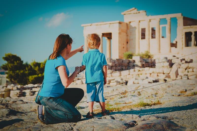 Viaggio del figlio e della madre in Grecia, esaminante le costruzioni antiche fotografia stock