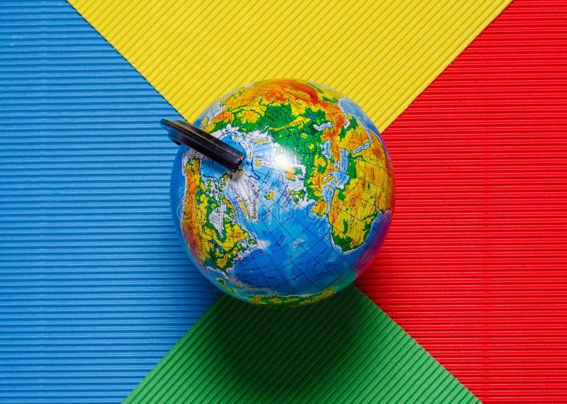Viaggio del globo di un su un fondo colorato multi fotografia stock
