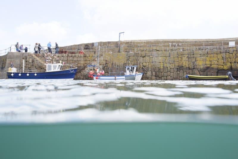 Viaggio del peschereccio dal porto del Mousehole immagini stock libere da diritti