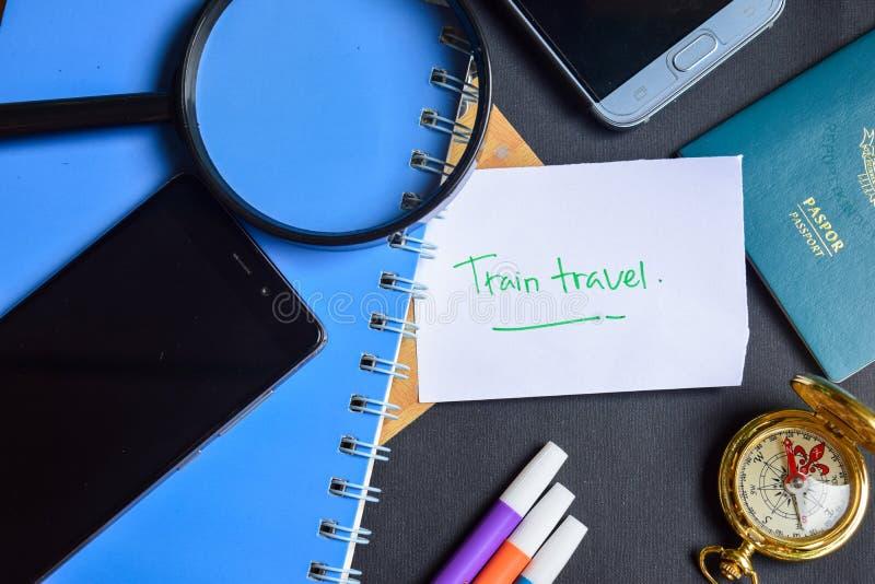 Viaggio del treno scritto su carta passaporto, lente d'ingrandimento, bussola, Smartphone fotografie stock