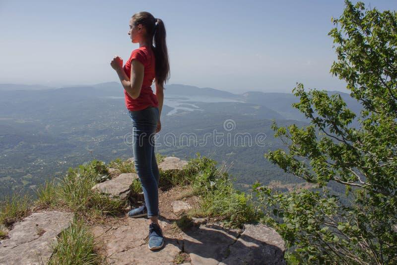 Viaggio del viaggiatore nella riserva delle montagne Turismo di Eco e concetto sano di stile di vita Giovane ragazza della vianda immagine stock