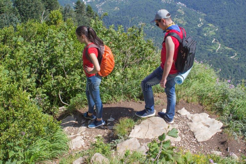 Viaggio del viaggiatore sulla carreggiata artificiale della riserva delle montagne Viandanti attive Stile di vita attivo e sano s fotografie stock