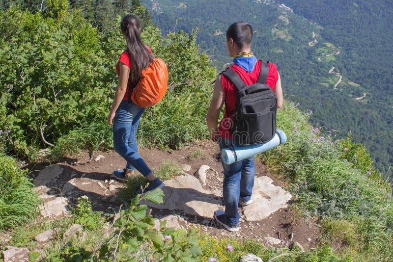 Viaggio del viaggiatore sulla carreggiata artificiale della riserva delle montagne Viandanti attive Stile di vita attivo e sano s immagine stock libera da diritti