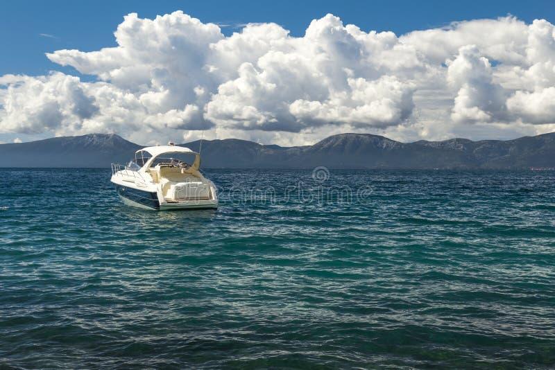 Viaggio dell'yacht in mare adriatico fotografia stock libera da diritti