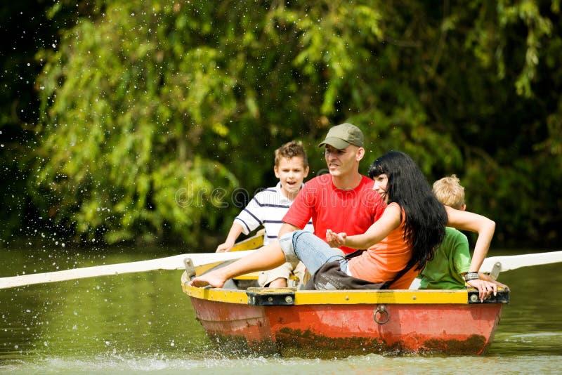 Viaggio della barca con la famiglia fotografia stock