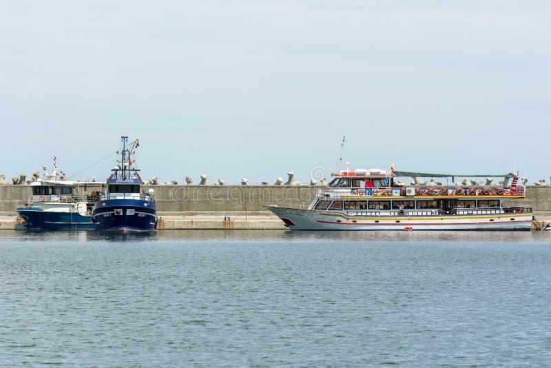 Viaggio della barca della gente in porto fotografia stock libera da diritti