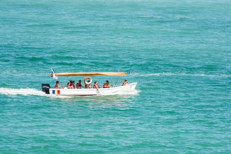 Viaggio della barca della gente sul Mar Nero immagine stock