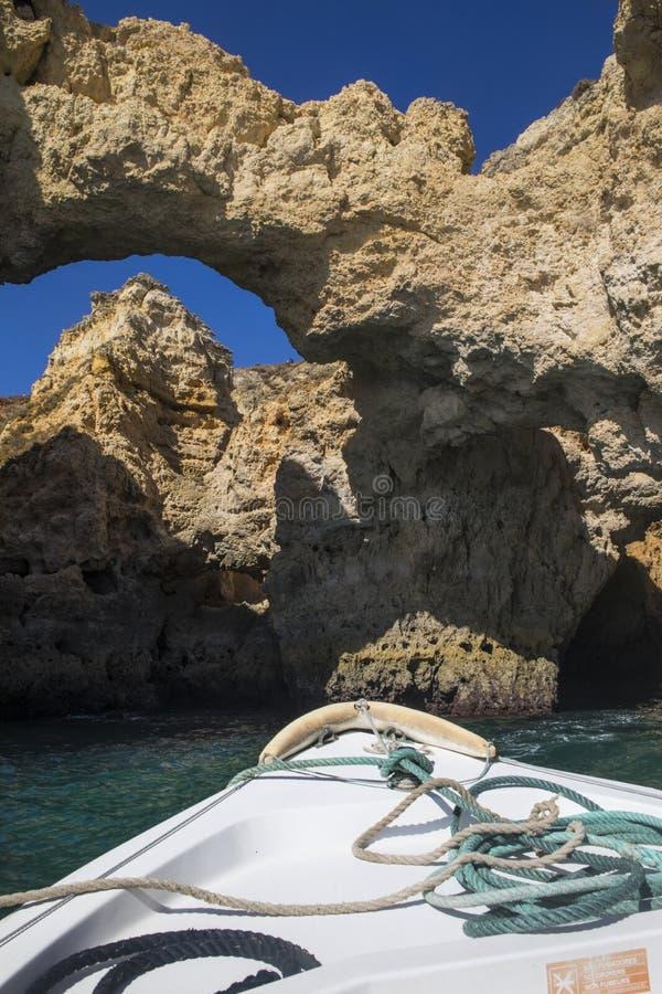 Viaggio della barca delle caverne e delle grotte dell'Algarve fotografie stock libere da diritti
