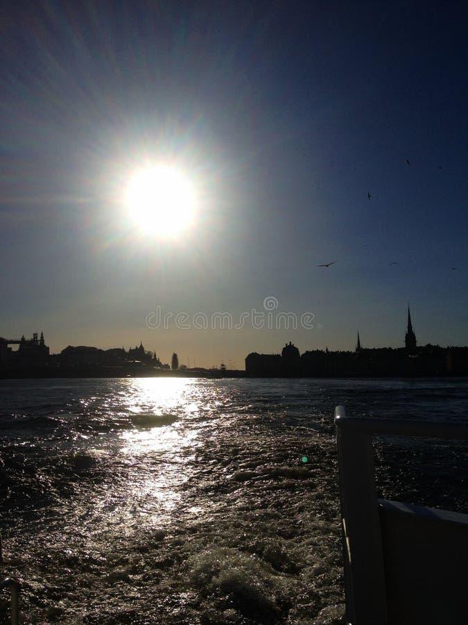 Viaggio della barca di sera nella capitale svedese fotografie stock
