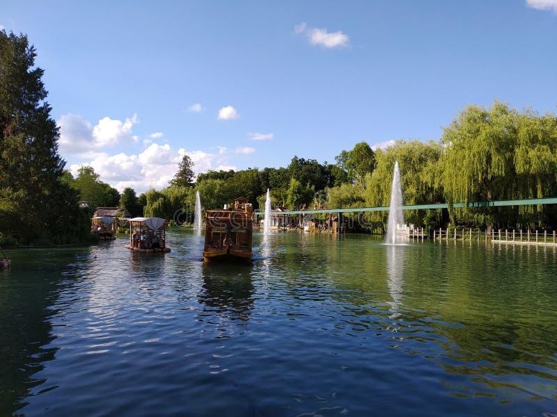 Viaggio della barca sul lago africano Il mondo magico del parco di europa, Germania immagini stock libere da diritti