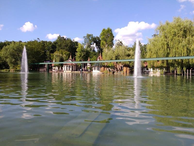 Viaggio della barca sul lago africano Il mondo magico del parco di europa, Germania immagine stock