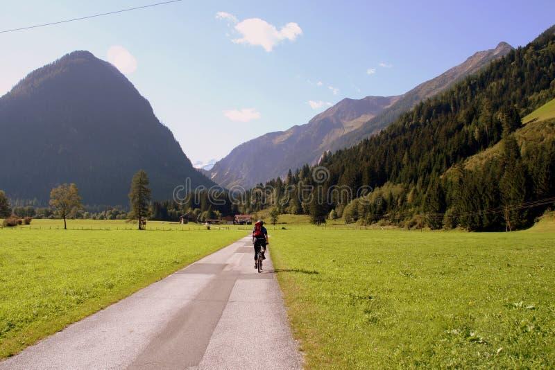 Viaggio della bici di montagna fotografia stock