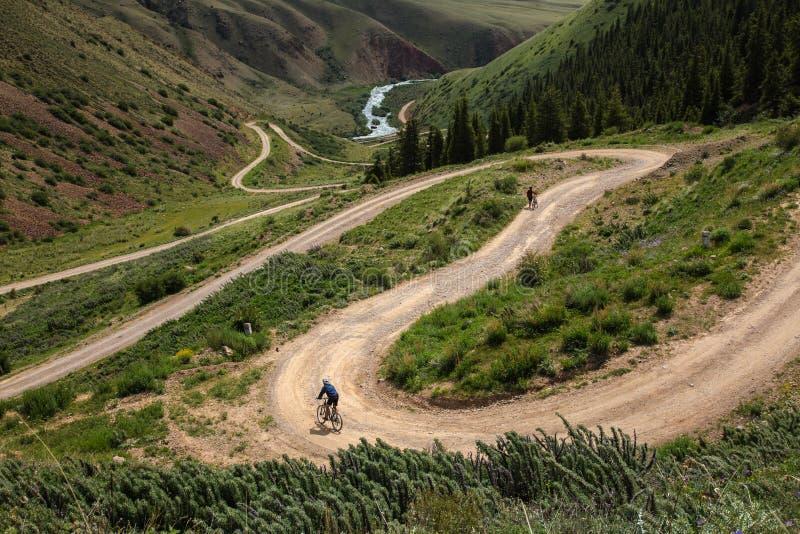 Viaggio della bici Un uomo con una bicicletta su un passo di montagna immagine stock