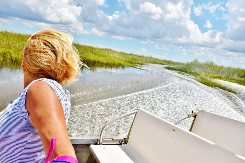 Viaggio della donna dell'alligatore del airboat dei terreni paludosi degli S.U.A. dello stato di Florida immagini stock