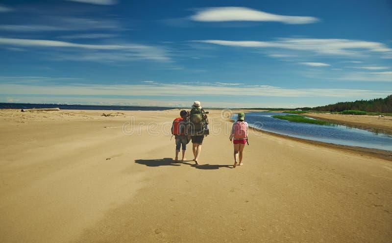 Viaggio della famiglia lungo la costa fotografie stock libere da diritti