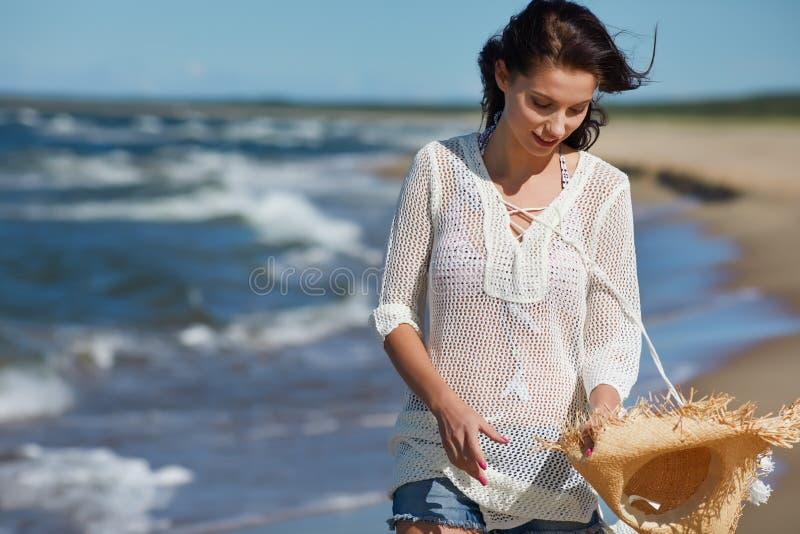 Viaggio della spiaggia - camminata della donna immagini stock