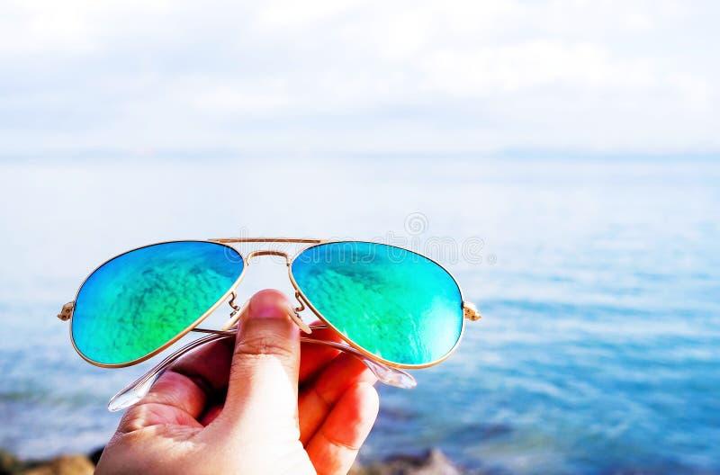 Viaggio della spiaggia di estate con gli occhiali da sole blu fotografie stock