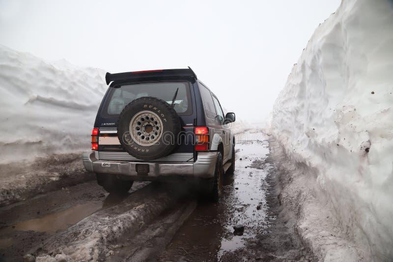 Viaggio di automobile sulle strade di Kamchatka immagini stock libere da diritti