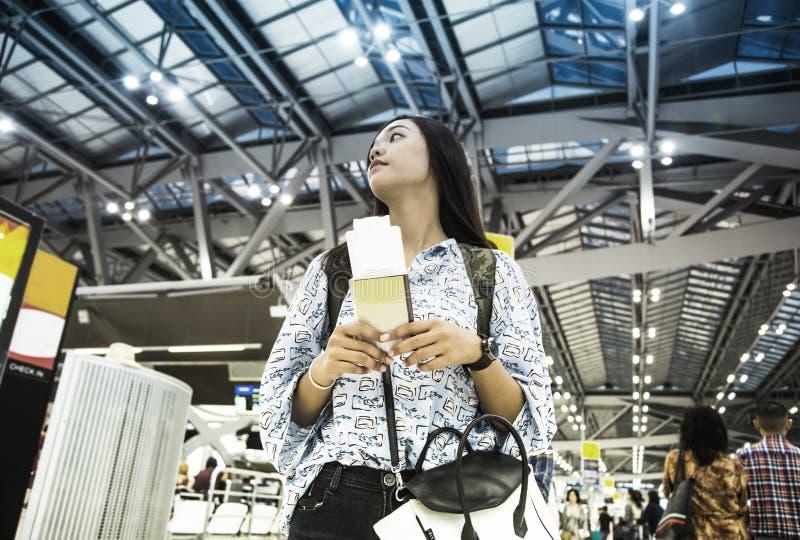 Viaggio di avanzamento di signora asiatica con il passaporto immagine stock