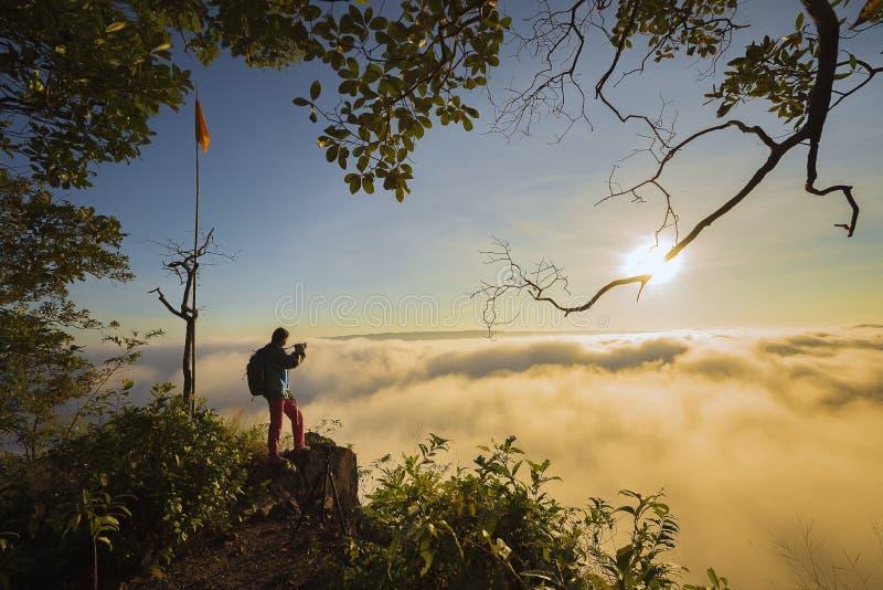 Viaggio di avventura, paesaggio con nebbia di mattina fotografia stock libera da diritti