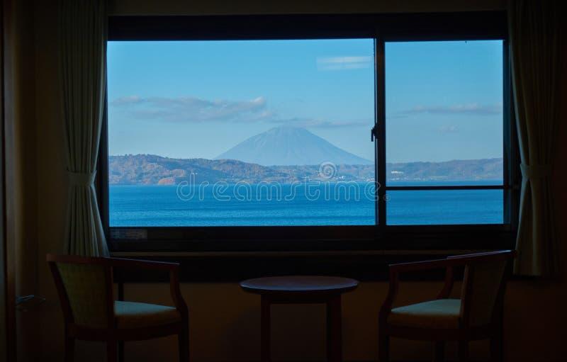 Viaggio di festa con la vista della riva del lago in hotel nel lago Toya nell'Hokkaido immagini stock