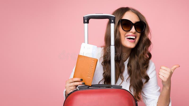 Viaggio di volo dell'aria Donna con il pollice di rappresentazione della valigia su fotografia stock libera da diritti