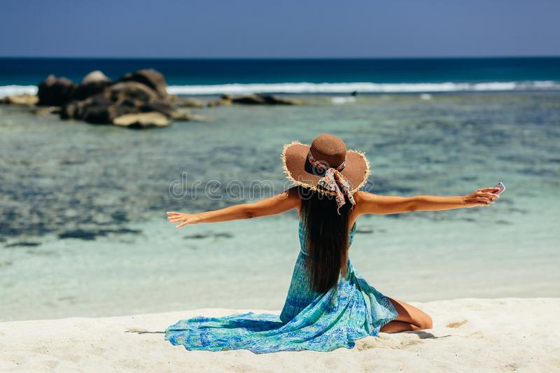 Viaggio felice della donna con lo smartphone sulla spiaggia fotografia stock libera da diritti