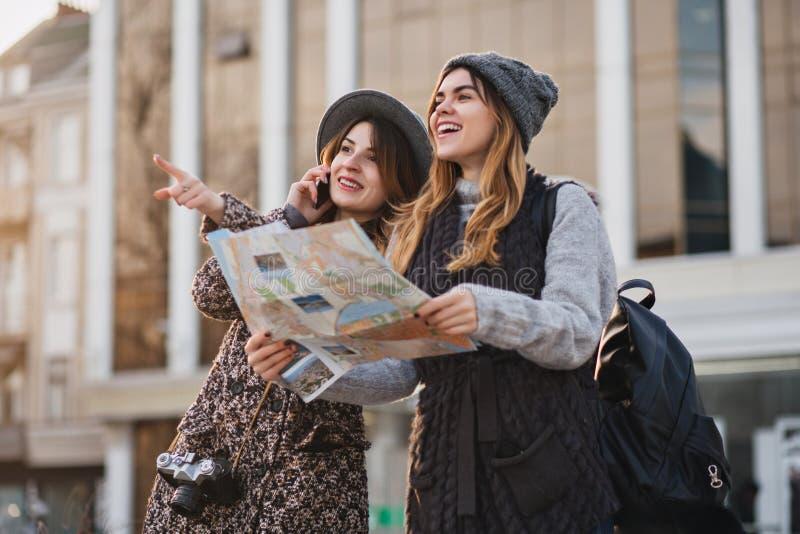 Viaggio felice insieme di due ragazze alla moda nel centro urbano soleggiato E fotografie stock libere da diritti