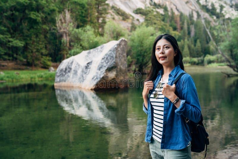 Viaggio guida auto della ragazza in natura California S.U.A. fotografie stock libere da diritti