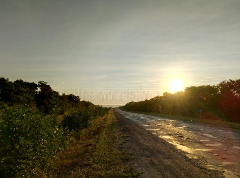 Viaggio iniziale nell'ambito dei raggi d'abbaglio del sole fotografia stock libera da diritti
